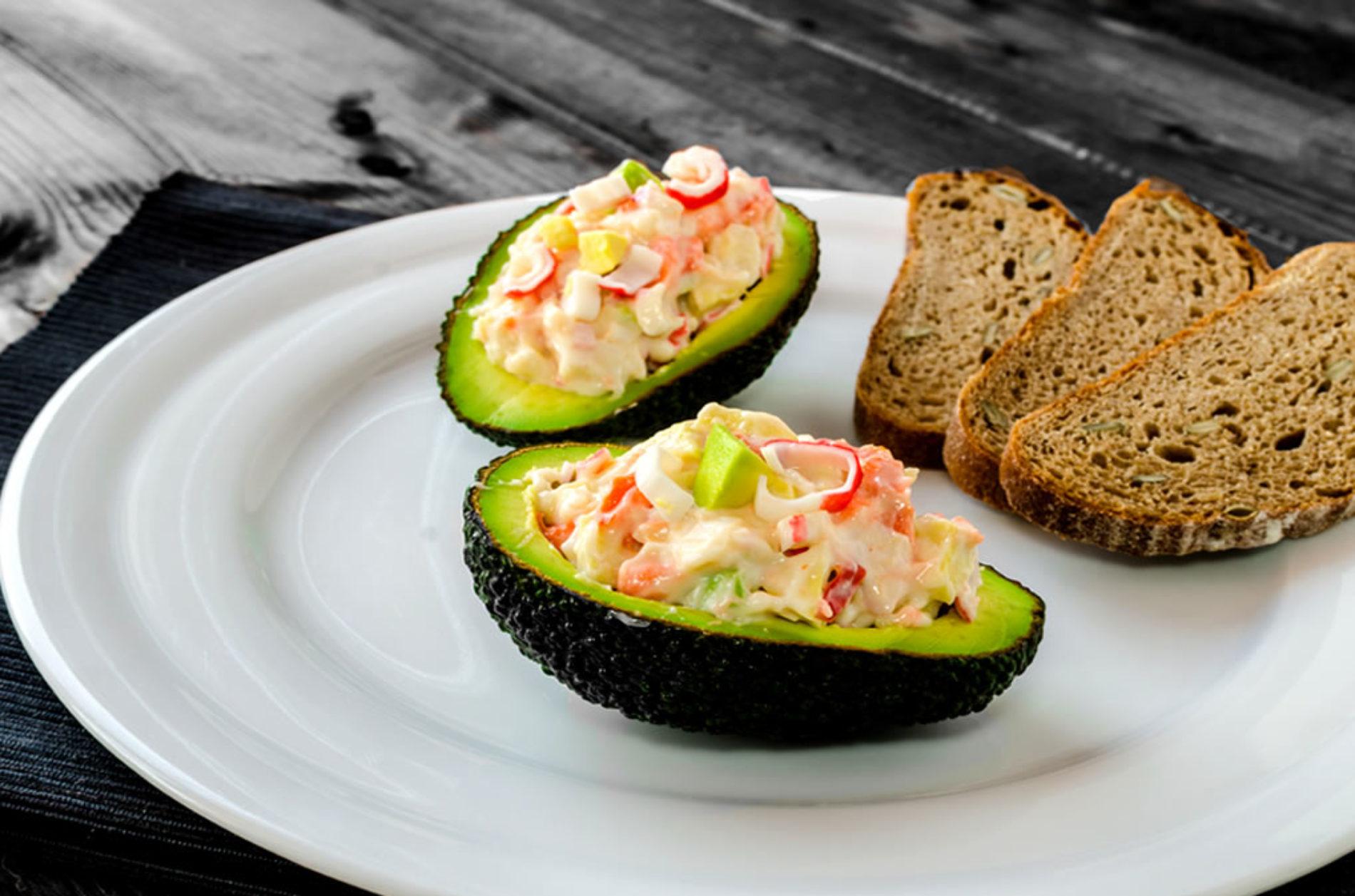 Receita FIT de abacate com recheio de camarão e morango