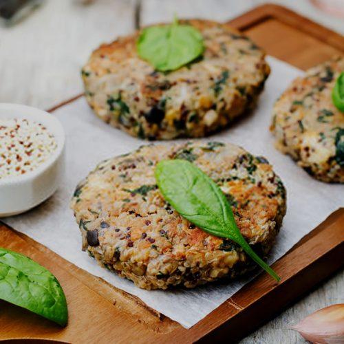 Sanduíche vegetariano com hambúrguer de quinoa
